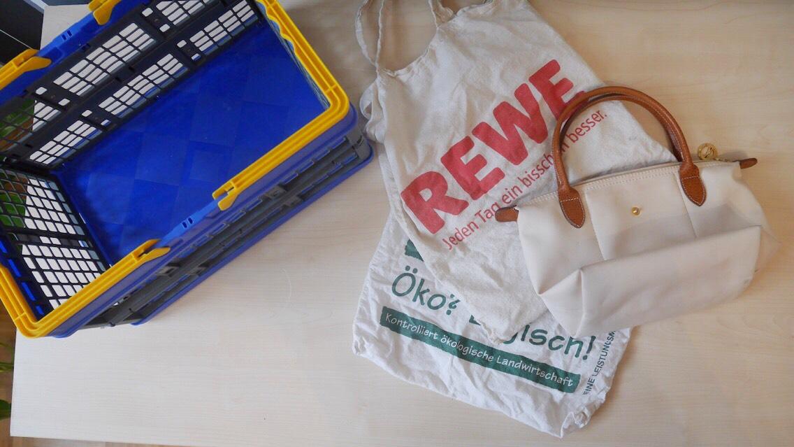 Minimalismus- Wie viele Taschen braucht ein Mensch? aussortierte Taschen und Korb