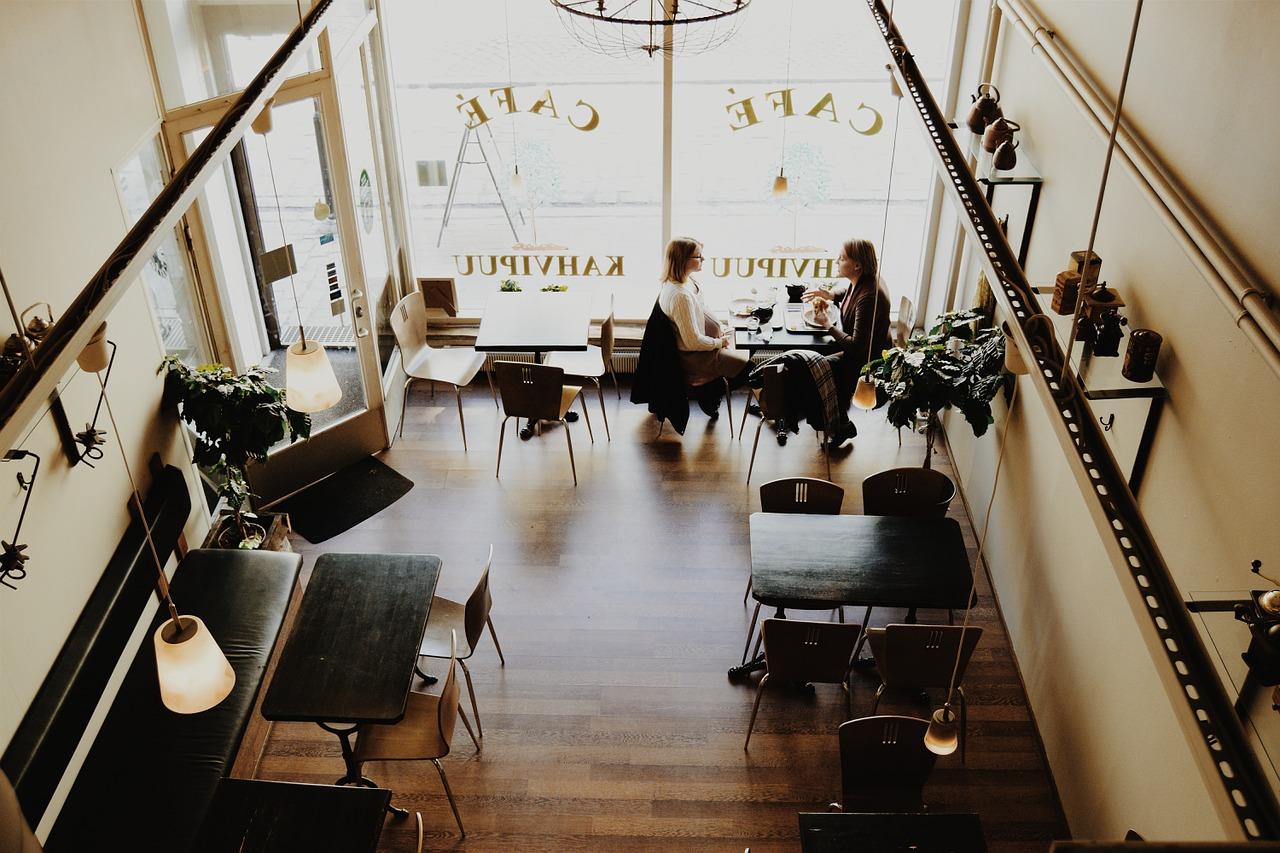 Minimalismus Inspiration Tag- Austausch unter Menschen im Café