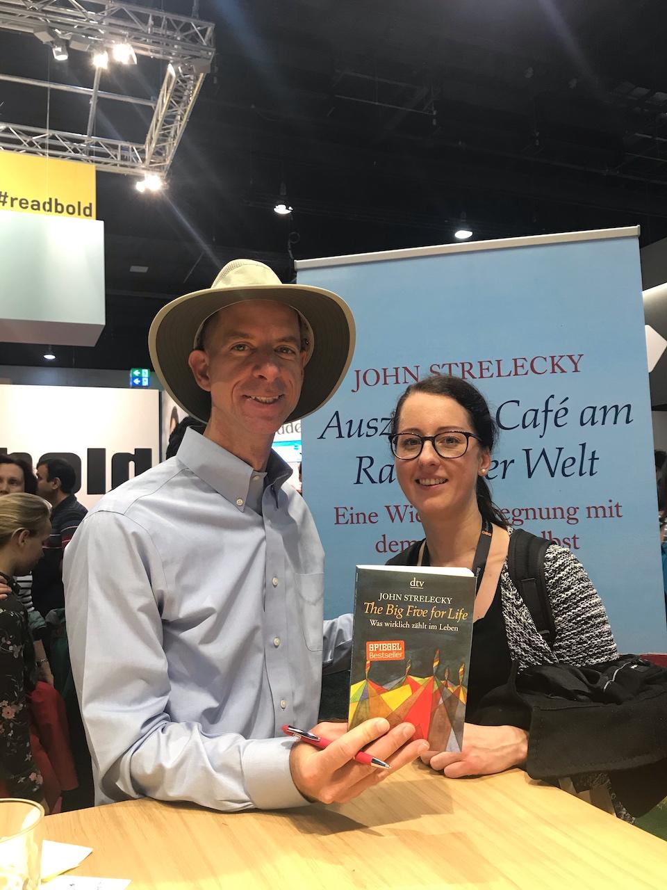 Foto von mir und John Strelecky nach Signierung des Buches Big Five for Life
