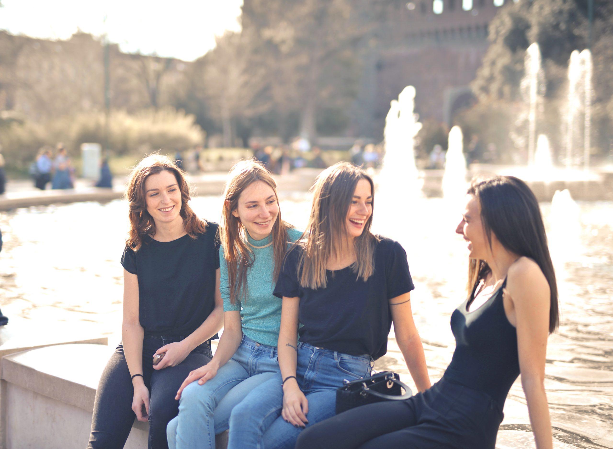 Lachen gegen den Stress mit Freunden