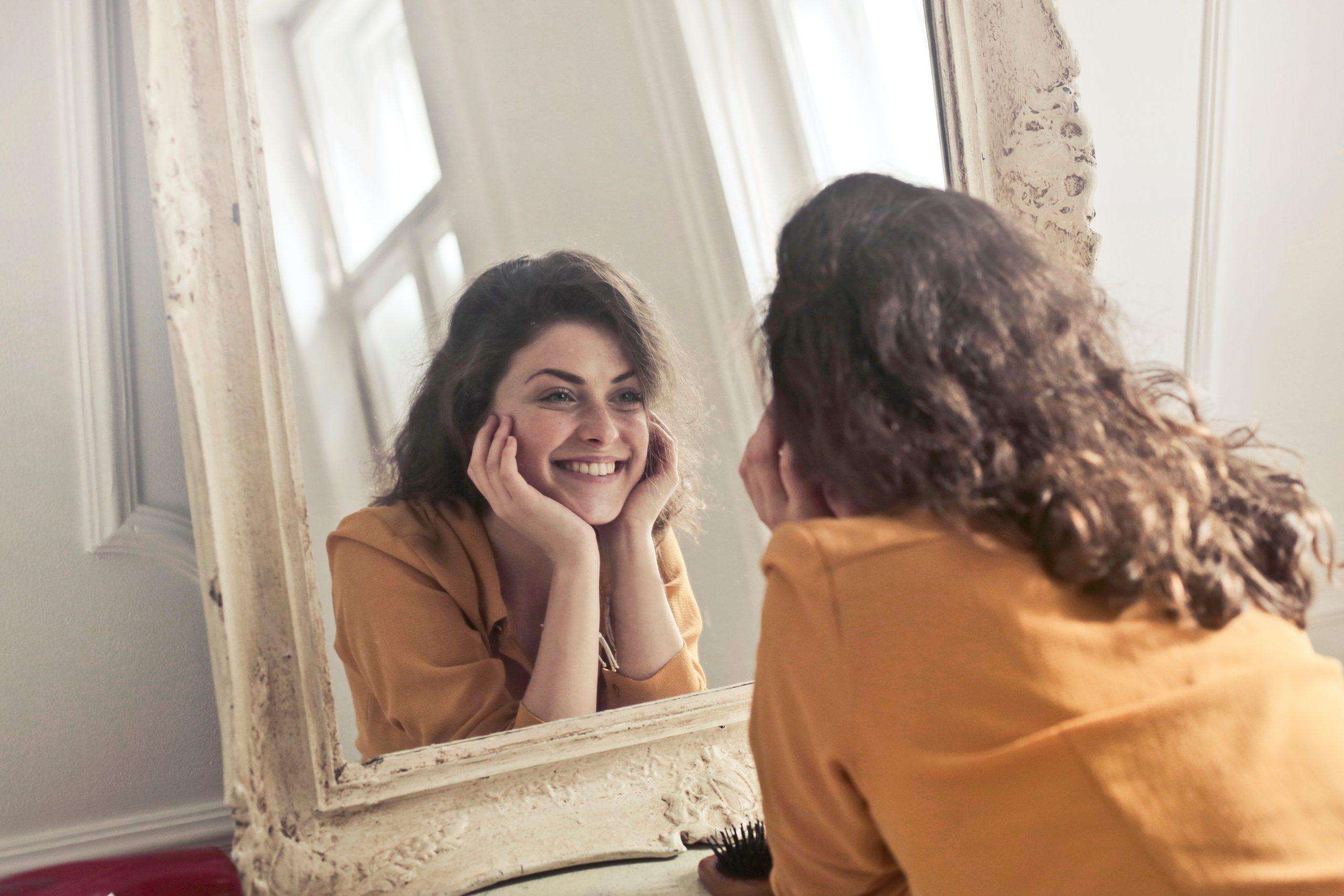 Faireinfache dein leben- lächelt in den spiegel