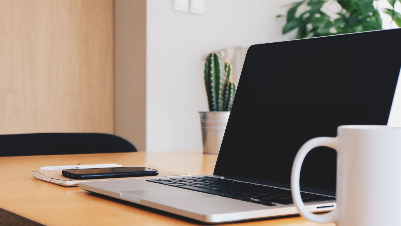 Minimalismus am Arbeitsplatz: ordentlicher und minimalistischer Schreibtisch