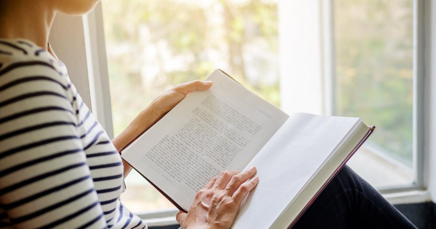 Ideen für ein minimalistisches und bewussteres Leben 2021_ Lesen als Teil deiner Morgenroutine