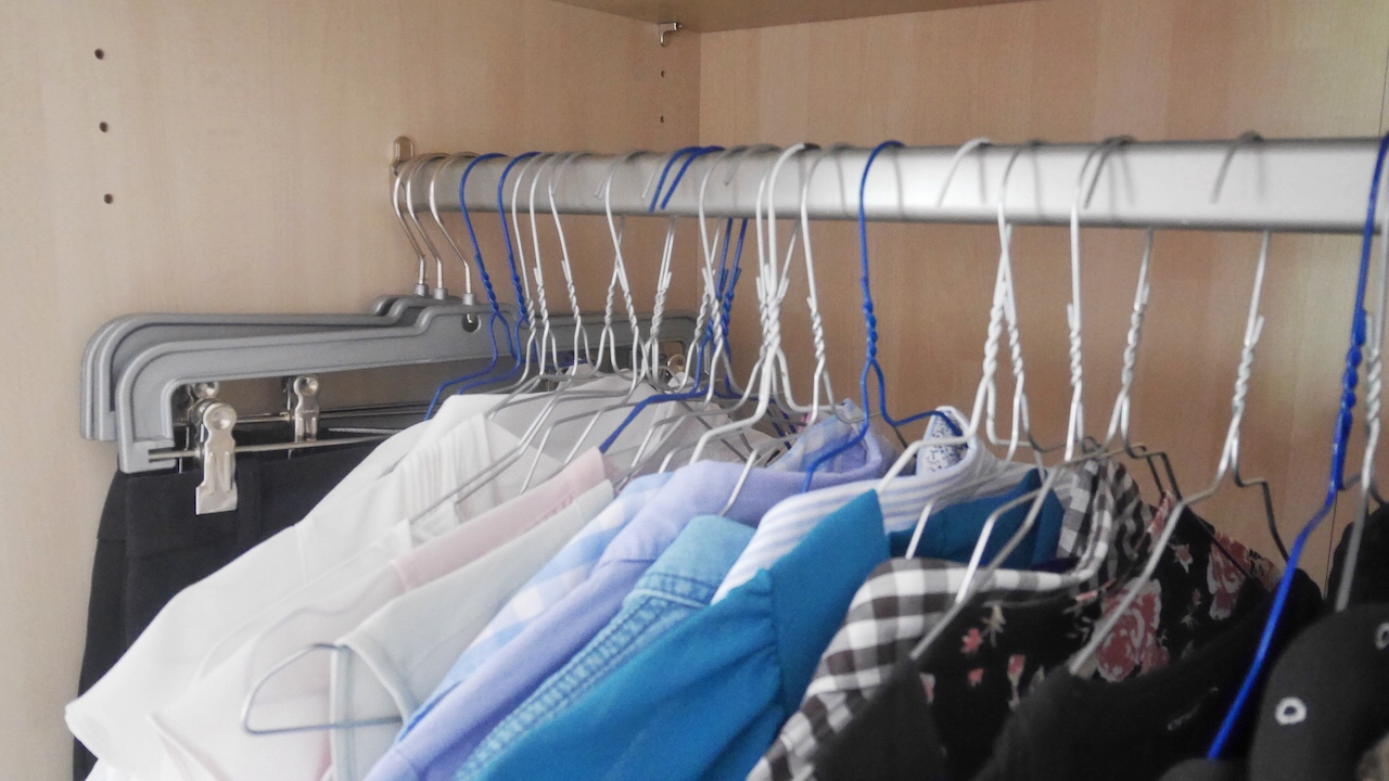 Minimalismus für Anfänger- Tipps und Methoden zum Ausmisten- Kleiderbügel hängen